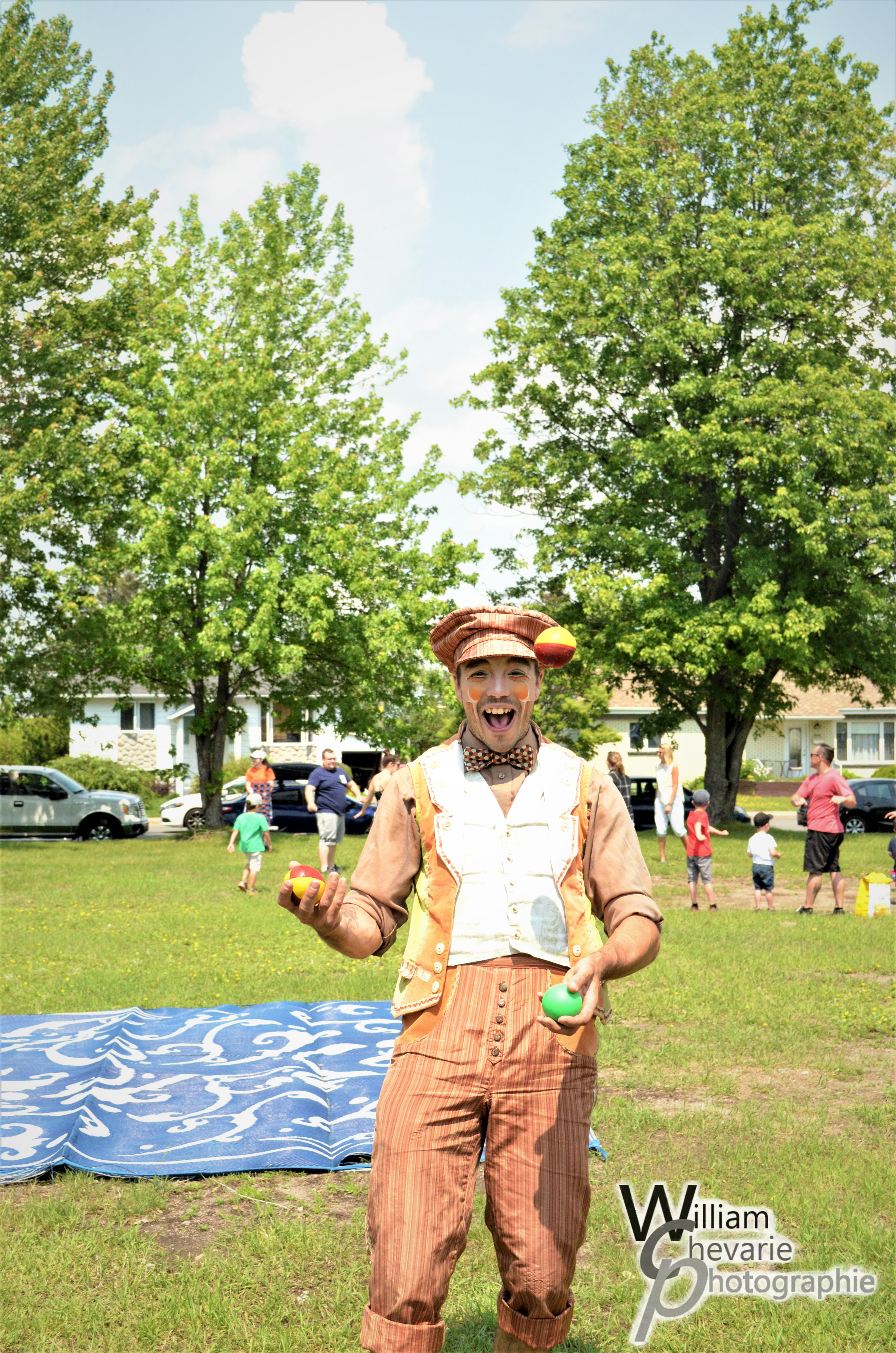 M. Monsieur, notre personnage échassier, entrain d'amuser les jeunes par le tirage d'une extraordinaire sculpture de ballons.